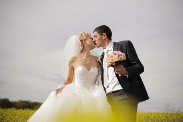結婚式で愛を誓うカップル