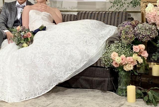 結婚式前に椅子に座る新郎新婦