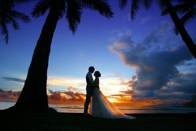 海辺で見つめ合うカップル